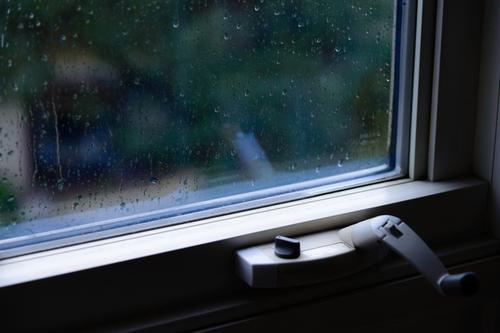 雨模様の窓.jpg